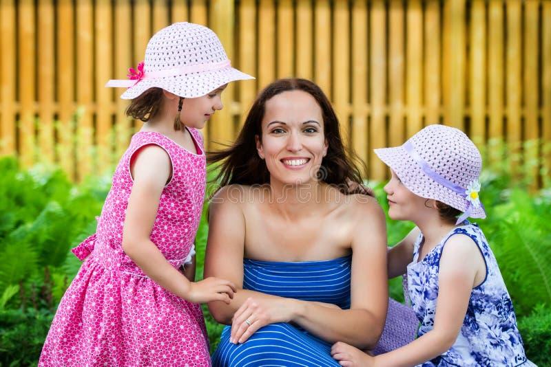 Μητέρα μαζί με τις κόρες της στοκ φωτογραφίες με δικαίωμα ελεύθερης χρήσης