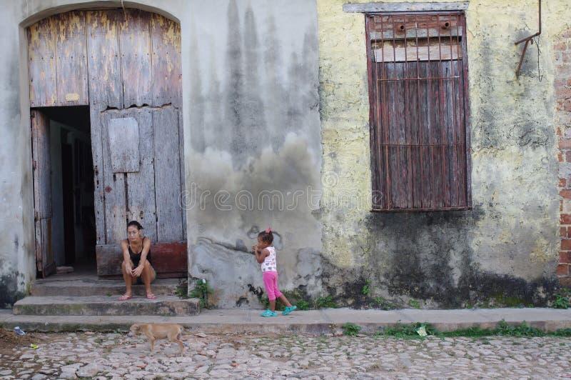 Μητέρα με ένα παιδί μπροστά από ένα κτήριο μείωσης στοκ εικόνες με δικαίωμα ελεύθερης χρήσης