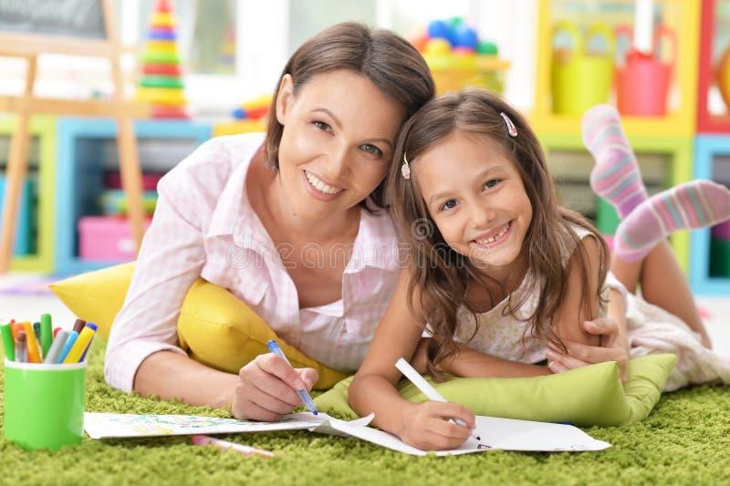 Μητέρα με λίγο σχέδιο κορών στοκ εικόνες