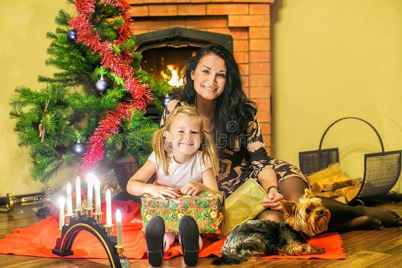 Μητέρα με μια κόρη και ένα μικρό σκυλί Κιβώτια των δώρων στο BA στοκ εικόνα