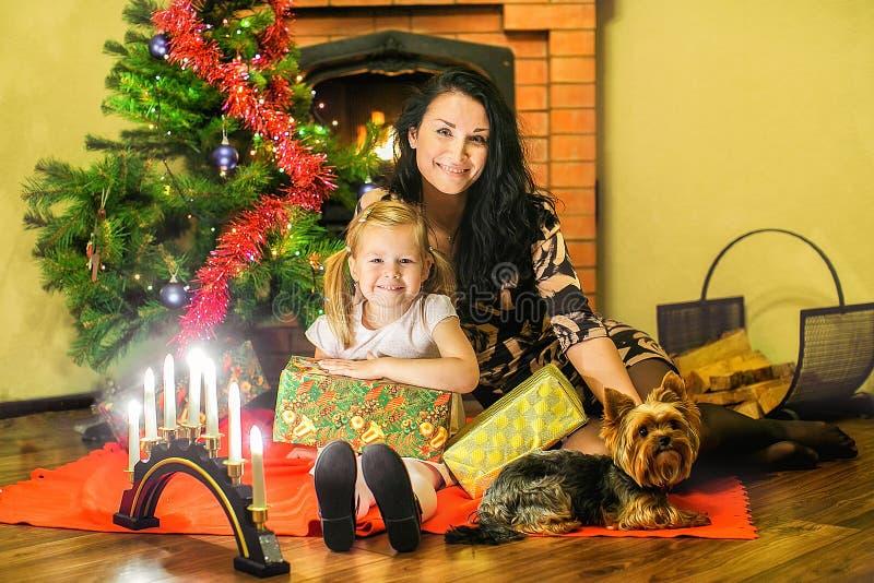 Μητέρα με μια κόρη και ένα μικρό σκυλί στοκ εικόνες με δικαίωμα ελεύθερης χρήσης