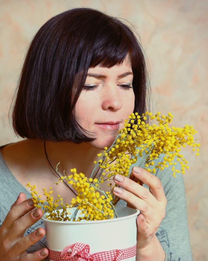 Μητέρα με τα λουλούδια mimosa που παρουσιάζονται την ημέρα της γυναίκας στοκ εικόνες