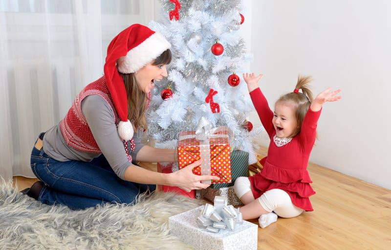 Μητέρα με τα Χριστούγεννα κορών στοκ φωτογραφίες
