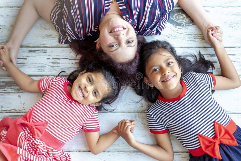 Μητέρα με τα όμορφα dauhtgers της στοκ εικόνες με δικαίωμα ελεύθερης χρήσης