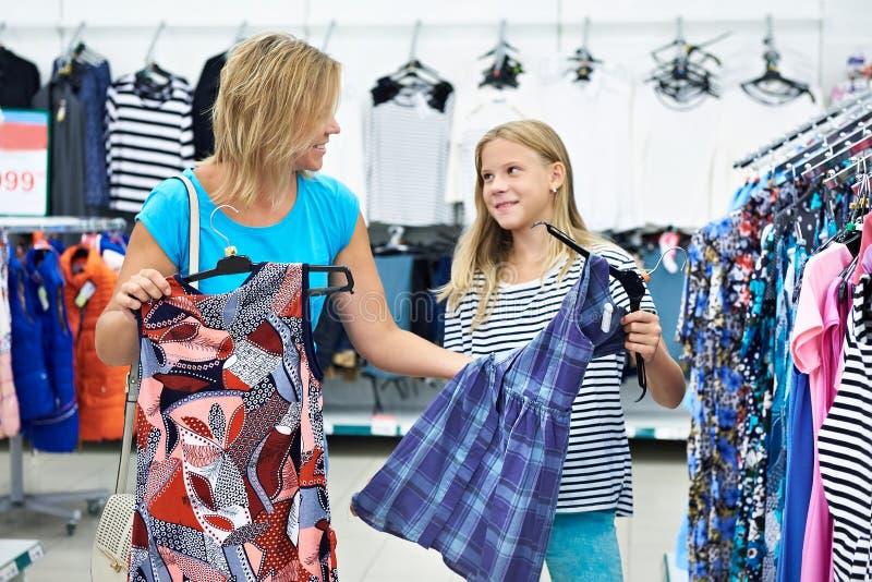 Μητέρα με την κόρη που επιλέγει ένα φόρεμα στο κατάστημα στοκ φωτογραφίες με δικαίωμα ελεύθερης χρήσης