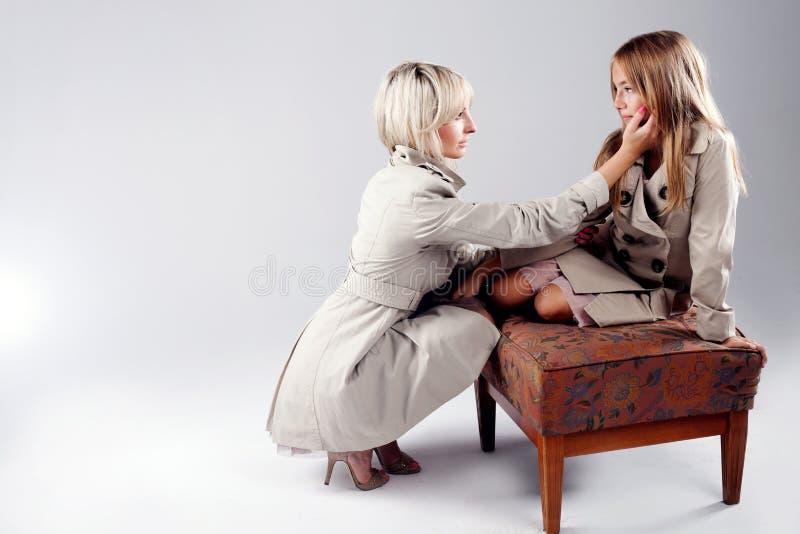 Μητέρα με την κόρη στο στούντιο στοκ εικόνες