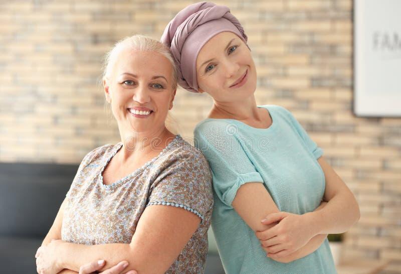 Μητέρα με την κόρη της μετά από τη χημειοθεραπεία στο σπίτι στοκ φωτογραφίες με δικαίωμα ελεύθερης χρήσης