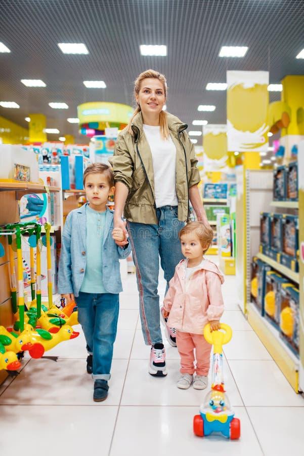 Μητέρα με την μικρά παιδιά στο κατάστημα παιδιών στοκ εικόνα με δικαίωμα ελεύθερης χρήσης