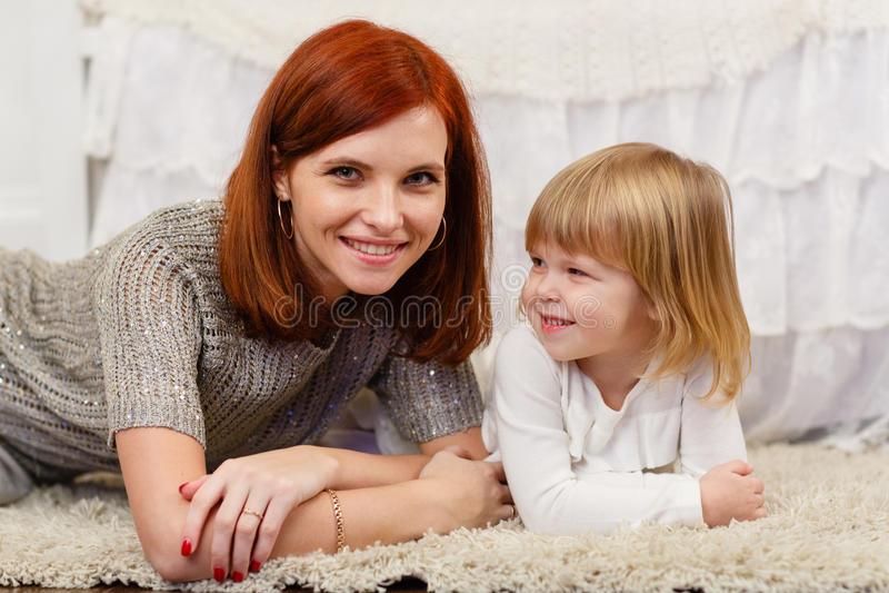 Μητέρα με τη μικρή κόρη στοκ εικόνα με δικαίωμα ελεύθερης χρήσης