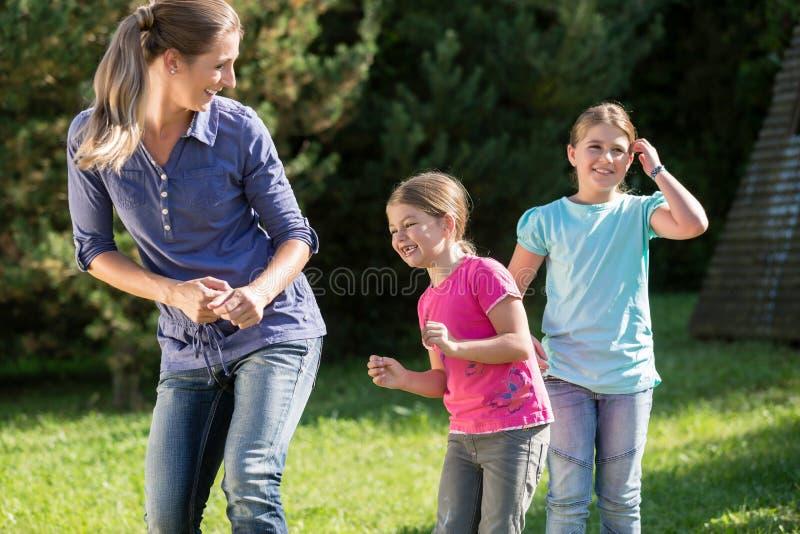 Μητέρα με τις κόρες που κάνουν την άσκηση χορού υπαίθρια στοκ φωτογραφίες με δικαίωμα ελεύθερης χρήσης