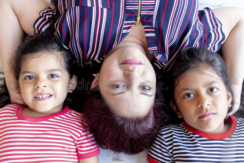 Μητέρα με τις όμορφες κόρες της στοκ φωτογραφίες με δικαίωμα ελεύθερης χρήσης