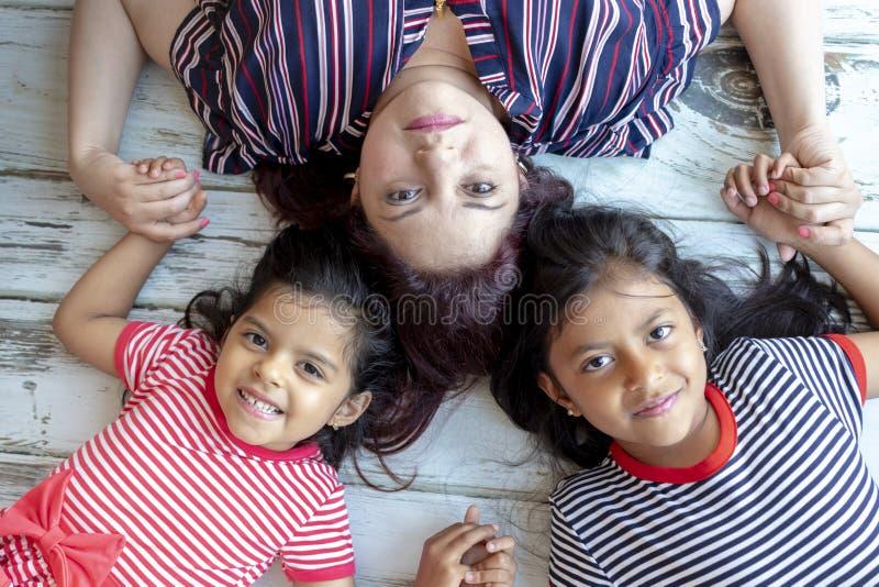Μητέρα με τις όμορφες κόρες της στοκ φωτογραφία