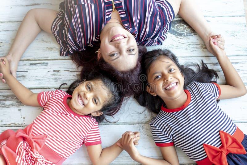 Μητέρα με τις όμορφες κόρες της στοκ εικόνα με δικαίωμα ελεύθερης χρήσης