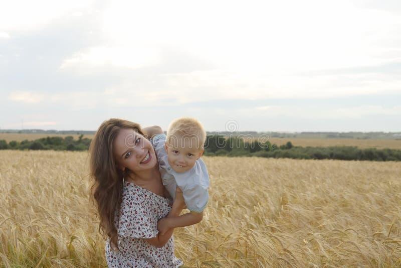 Μητέρα με το γιο της που περπατά μέσω ενός τομέα σίτου στοκ εικόνες