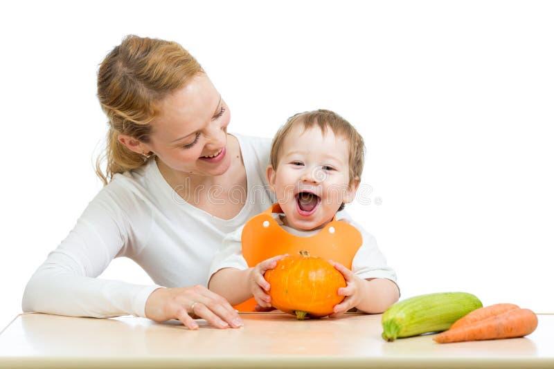 Μητέρα με το μωρό μωρών στον πίνακα με την κολοκύθα στοκ φωτογραφία