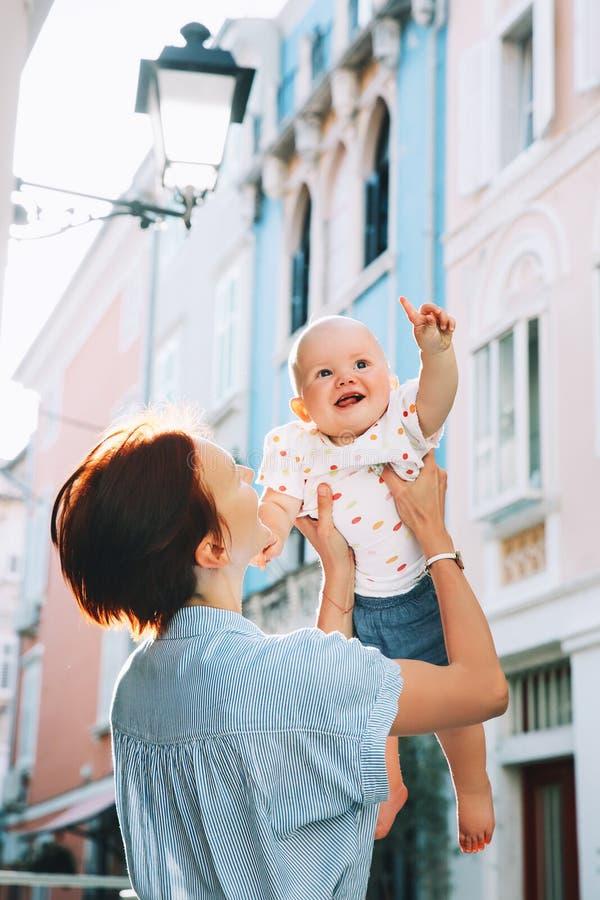 Μητέρα με το μωρό στην ιστορική παλαιά πόλη Piran, Σλοβενία στοκ εικόνα