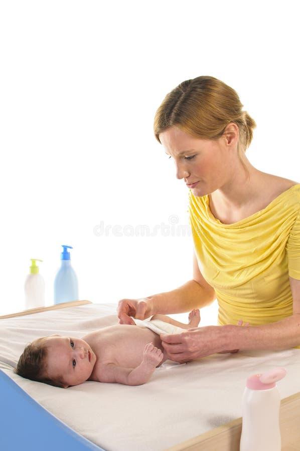 Μητέρα με το νήπιο και τη νέα πάνα στοκ εικόνα με δικαίωμα ελεύθερης χρήσης