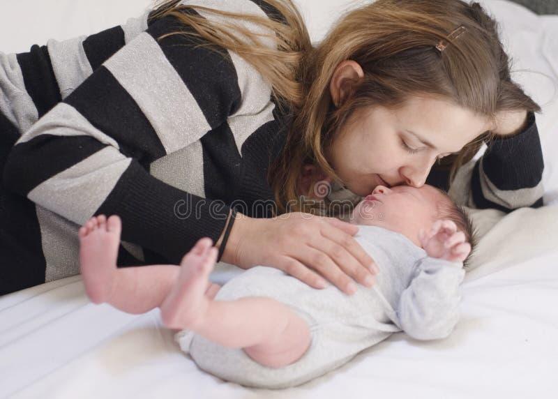 Μητέρα με το νεογέννητο μωρό στοκ εικόνα με δικαίωμα ελεύθερης χρήσης