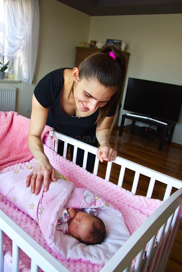 Μητέρα με το νεογέννητο παιδί της στοκ φωτογραφία με δικαίωμα ελεύθερης χρήσης