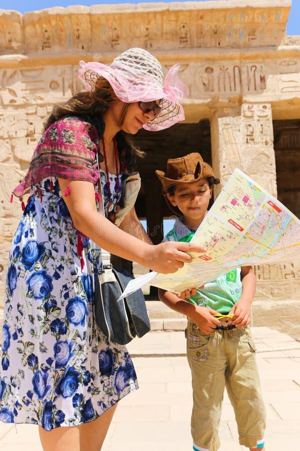 Μητέρα με το παιδί στο ναό Habu στοκ εικόνα