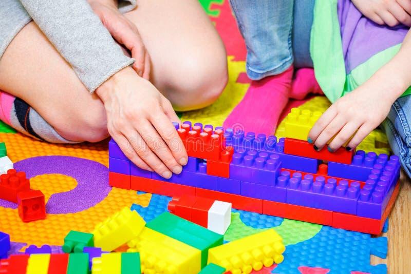 Μητέρα με το παιχνίδι κορών με τα τούβλα παιχνιδιών στοκ φωτογραφίες με δικαίωμα ελεύθερης χρήσης