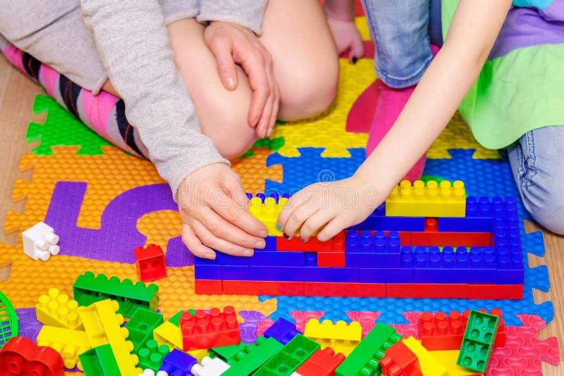 Μητέρα με το παιχνίδι κορών με τα τούβλα παιχνιδιών στοκ φωτογραφίες