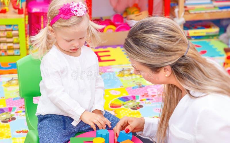 Μητέρα με το παιχνίδι μωρών στοκ φωτογραφία με δικαίωμα ελεύθερης χρήσης
