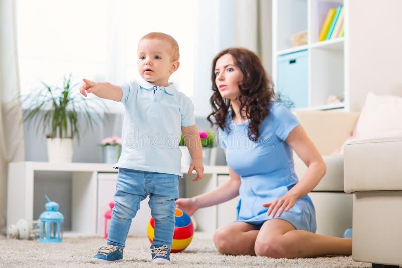 Μητέρα με το παιχνίδι παιδιών στο σπίτι στοκ εικόνα με δικαίωμα ελεύθερης χρήσης