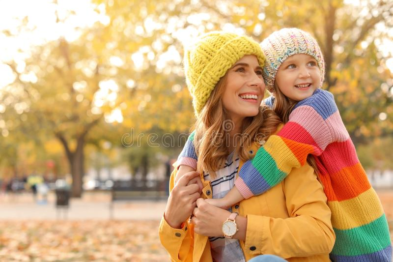 Μητέρα με το χαριτωμένο χρόνο εξόδων κορών της μαζί στο πάρκο στοκ φωτογραφία με δικαίωμα ελεύθερης χρήσης