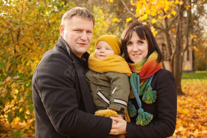 Μητέρα, πατέρας και παιδιά φθινοπώρου στο πάρκο πτώσης στοκ φωτογραφία με δικαίωμα ελεύθερης χρήσης
