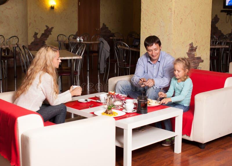 Μητέρα, πατέρας και παιδί στον καφέ στοκ εικόνες