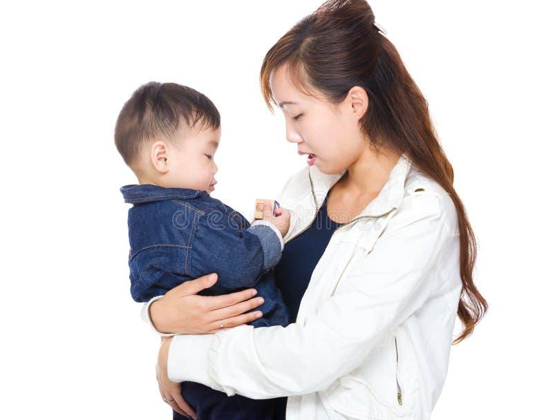Μητέρα που έχει τη διασκέδαση με το γιο της στοκ εικόνα