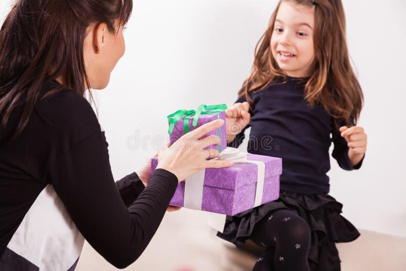 Μητέρα που δίνει στην κόρη της ένα δώρο στοκ φωτογραφίες με δικαίωμα ελεύθερης χρήσης