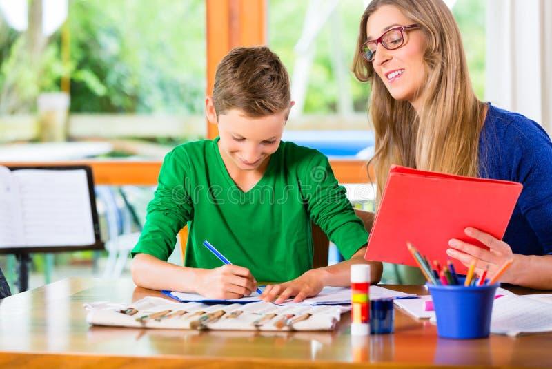 Μητέρα που βοηθά το γιο με την ανάθεση εργασίας στοκ εικόνες με δικαίωμα ελεύθερης χρήσης