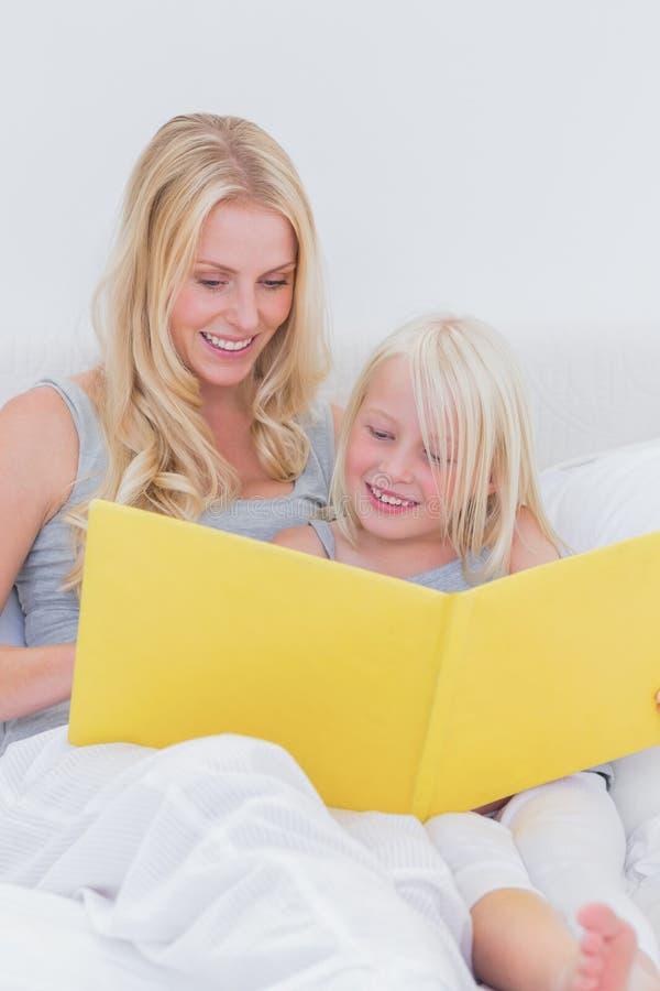 Μητέρα που διαβάζει μια ιστορία στη χαριτωμένη κόρη της στοκ φωτογραφίες με δικαίωμα ελεύθερης χρήσης