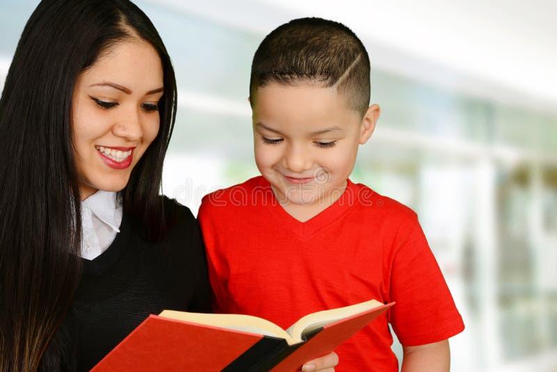 Μητέρα που διαβάζει στο παιδί της στοκ εικόνα