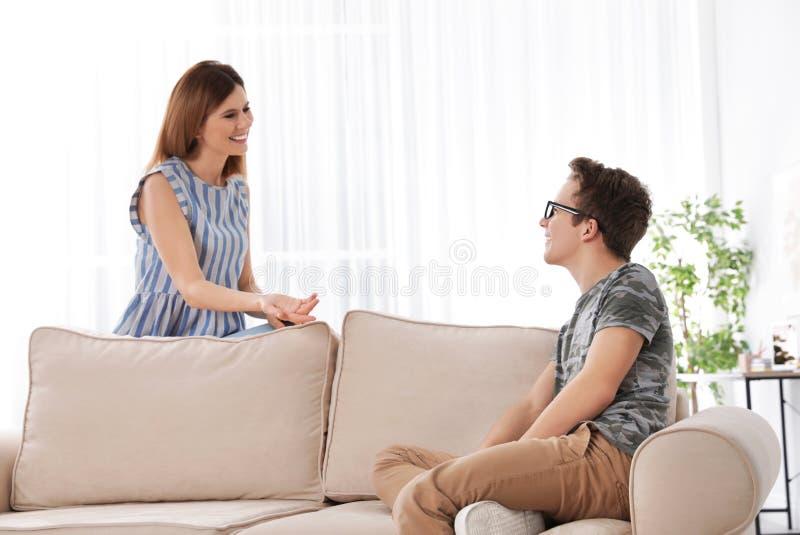 Μητέρα που μιλά με το γιο εφήβων της στοκ εικόνα