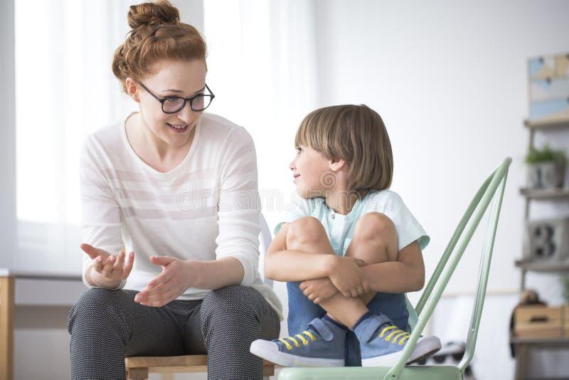 Μητέρα που μιλά στο χαμογελώντας γιο στοκ φωτογραφίες με δικαίωμα ελεύθερης χρήσης