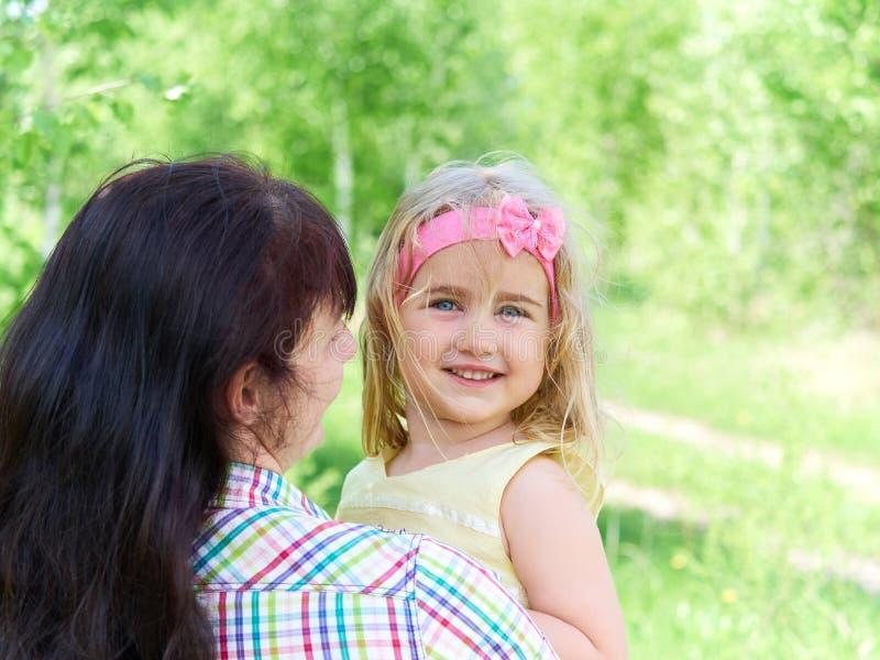 Μητέρα που παίζει με την λίγη κόρη στη φύση στοκ φωτογραφίες