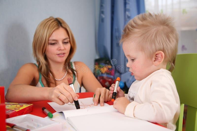 μητέρα σχεδίων παιδιών στοκ φωτογραφία