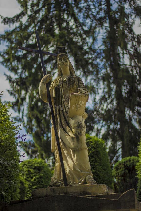 Μητέρα του Θεού με έναν σταυρό στο πάρκο στοκ εικόνα με δικαίωμα ελεύθερης χρήσης