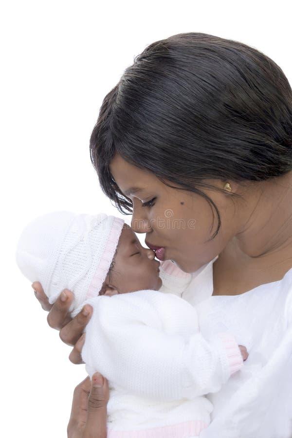 Μητέρα το ενός μηνός κοριτσάκι της, που απομονώνεται που φιλά στοκ εικόνα
