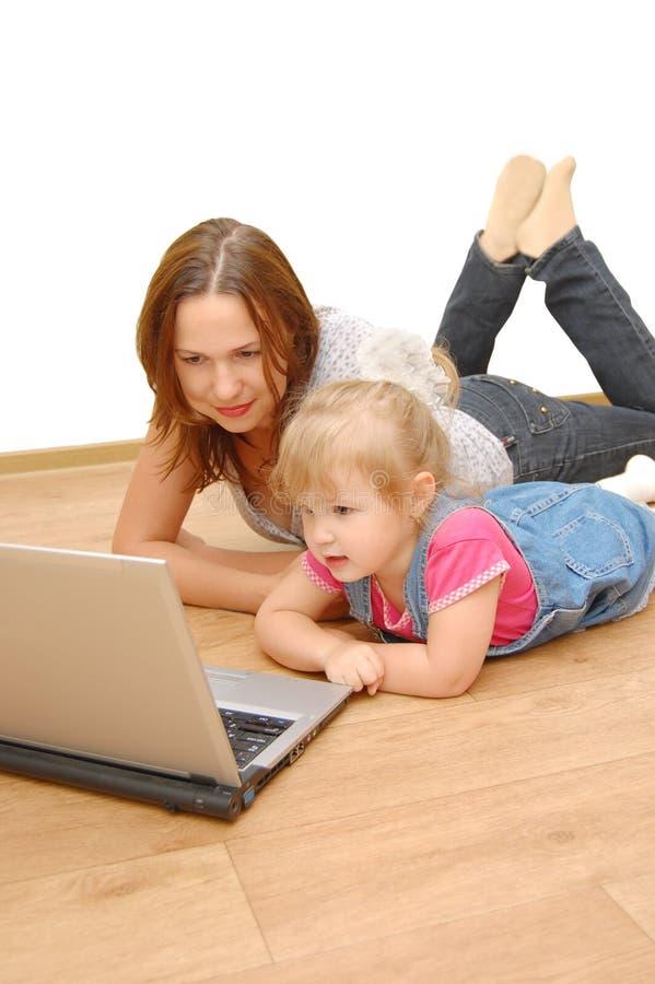 μητέρα lap-top κορών στοκ φωτογραφία με δικαίωμα ελεύθερης χρήσης