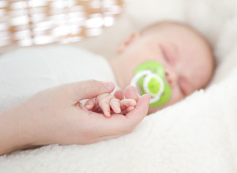 μητέρα s εκμετάλλευσης χεριών μωρών στοκ φωτογραφίες