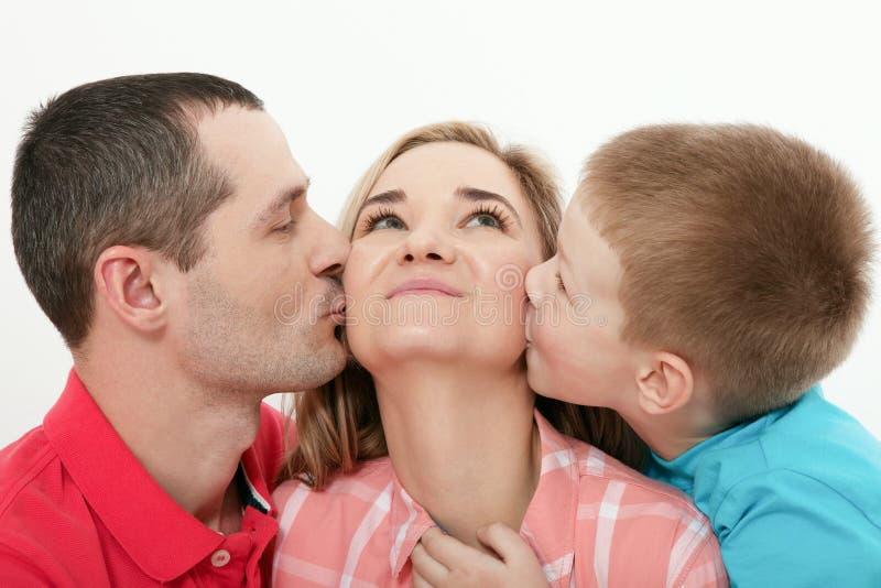 μητέρα s ημέρας Γιος που φιλά και που αγκαλιάζει τη μητέρα της Φιλιά συζύγων στοκ φωτογραφία με δικαίωμα ελεύθερης χρήσης