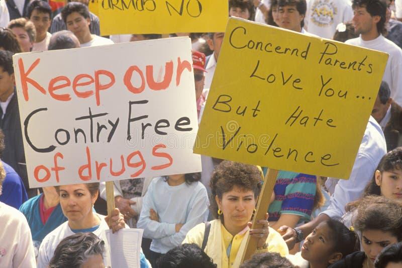 Μητέρες που κρατούν τα σημάδια στην αντι-συμμορία κοινοτικός Μάρτιος, ανατολικό Λος Άντζελες, Καλιφόρνια στοκ φωτογραφίες με δικαίωμα ελεύθερης χρήσης