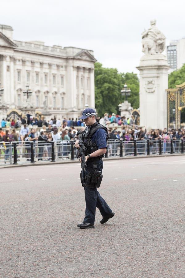 Μητροπολιτικός οπλισμένος αστυνομικός κατά τη διάρκεια εθιμοτυπική αλλάζω των φρουρών του Λονδίνου, Λονδίνο, Ηνωμένο Βασίλειο στοκ εικόνα με δικαίωμα ελεύθερης χρήσης