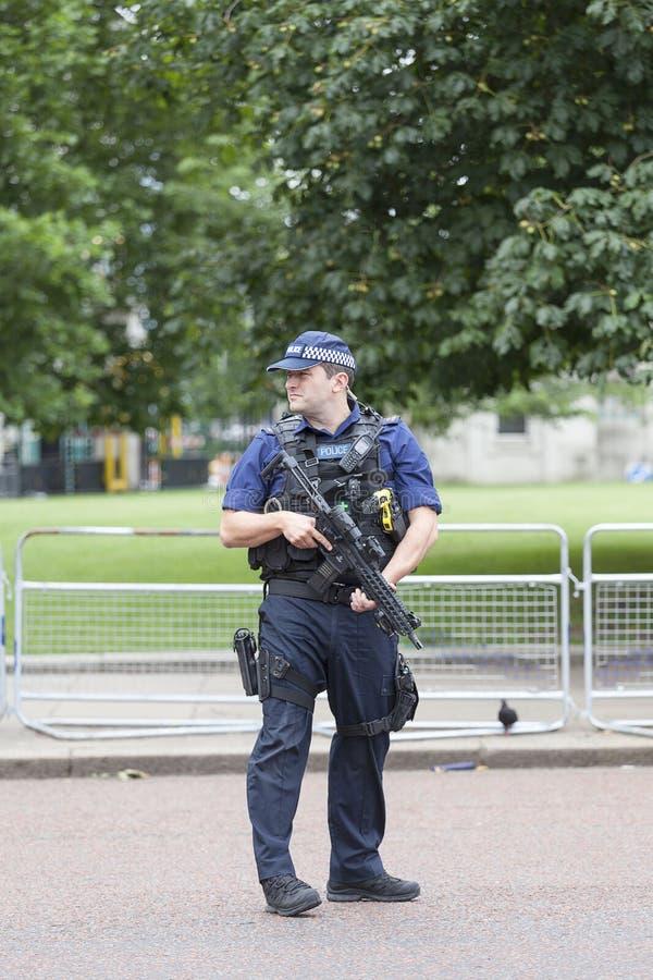 Μητροπολιτικός οπλισμένος αστυνομικός κατά τη διάρκεια εθιμοτυπική αλλάζω των φρουρών του Λονδίνου, Λονδίνο, Ηνωμένο Βασίλειο στοκ εικόνες
