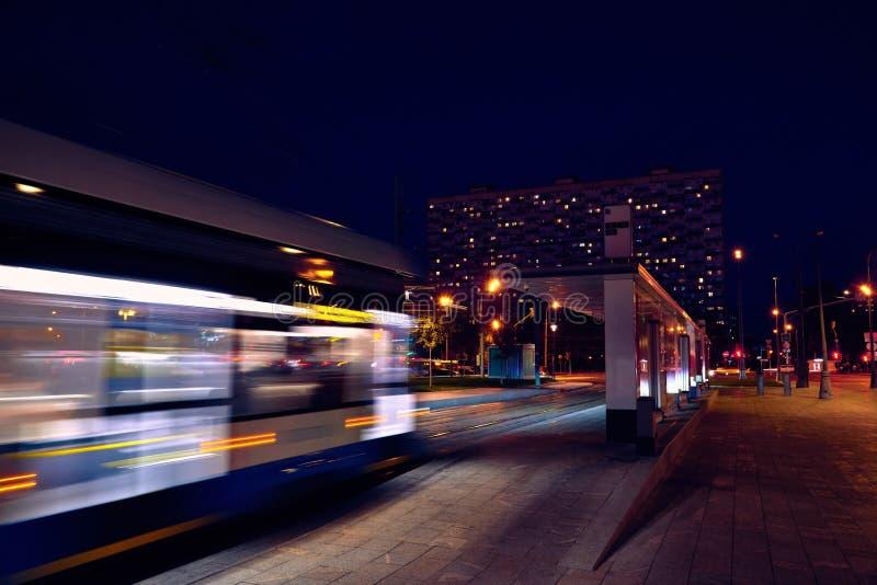 Μητρόπολη δημόσιων συγκοινωνιών, κυκλοφορία και μουτζουρωμένο τραίνο φω'των τη νύχτα στοκ εικόνες με δικαίωμα ελεύθερης χρήσης