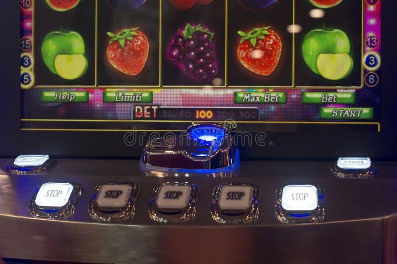 Μηχάνημα τυχερών παιχνιδιών με κέρματα νομισμάτων ενθέτων στοκ εικόνες